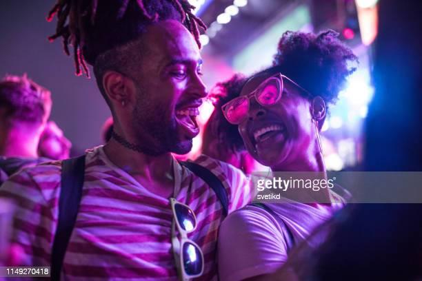 gran fiesta en el festival de verano - festivalero fotografías e imágenes de stock