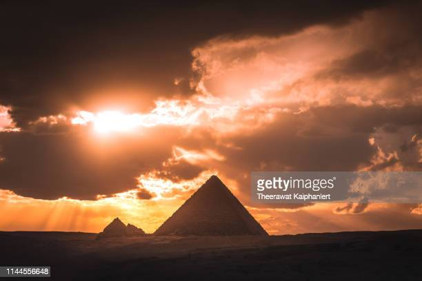 great pyramid complex in giza during sunset, egypt - エジプト ストックフォトと画像