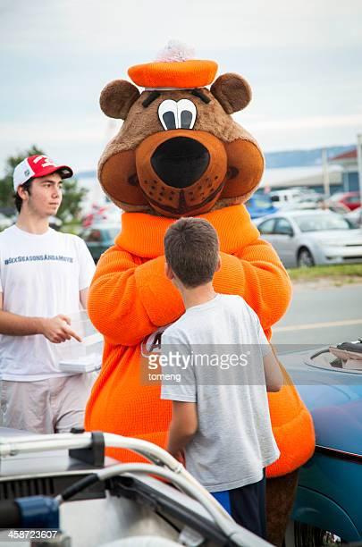 Une grande racine & W mascotte ours