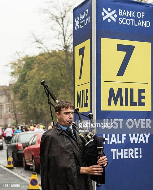 un joueur de cornemuse écossais run - theasis photos et images de collection