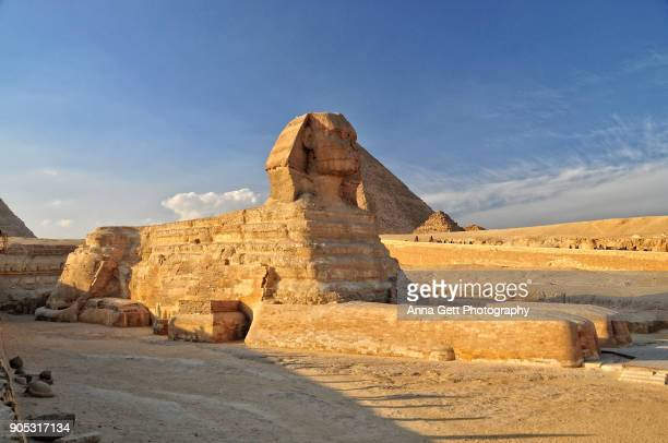 great sphinx and great pyramid of giza - gizeh stockfoto's en -beelden