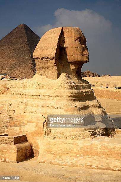 great sphinx and pyramid of khufu - the sphinx stock pictures, royalty-free photos & images