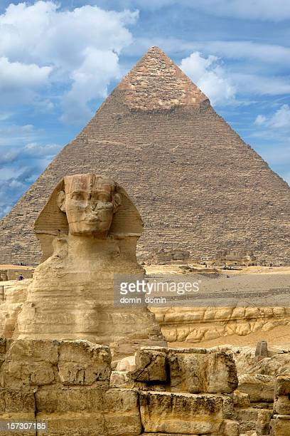 great sphinx of giza against the great pyramid, giza, egypt - giza pyramids stock pictures, royalty-free photos & images