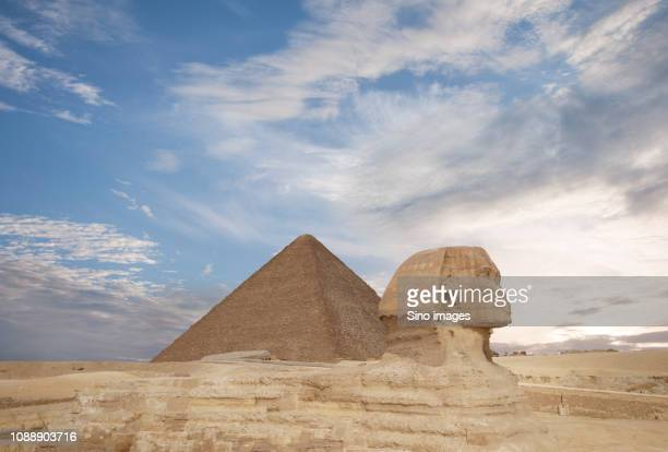 great sphinx of giza and great pyramid of giza, giza, egypt - image stockfoto's en -beelden