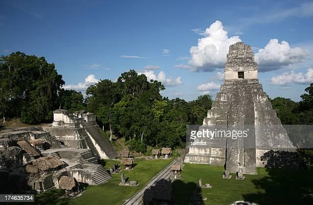 Cuadrado con gran pirámide en perdido precolumbian ciudad Tikal