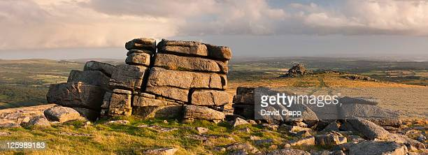great staple tor facing towards middle staple tor on dartmoor, devon, england, uk - land geografisches gebiet stock-fotos und bilder