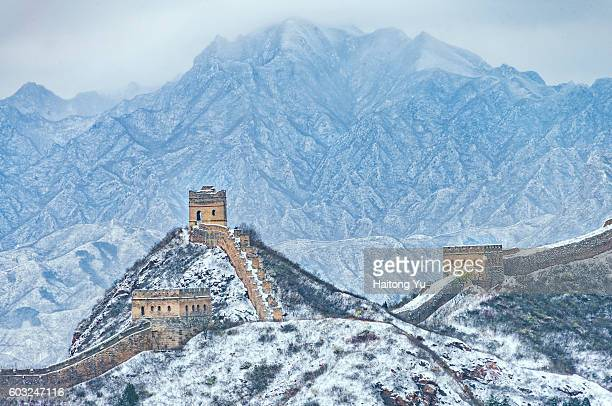 great wall at jinshanling in winter - great wall of china stock pictures, royalty-free photos & images