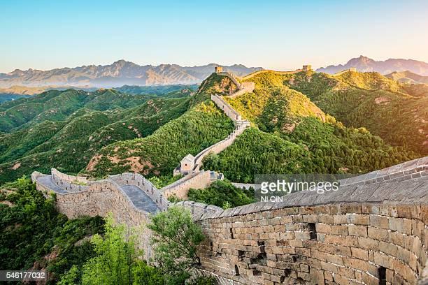 great wall of china  - sehenswürdigkeit stock-fotos und bilder