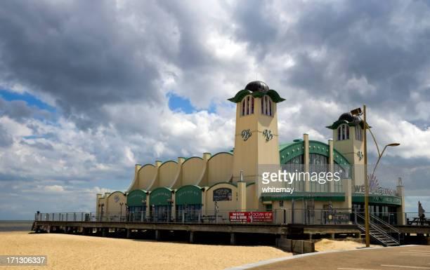 teatro de great yarmouth wellington muelle - muelle dársena fotografías e imágenes de stock