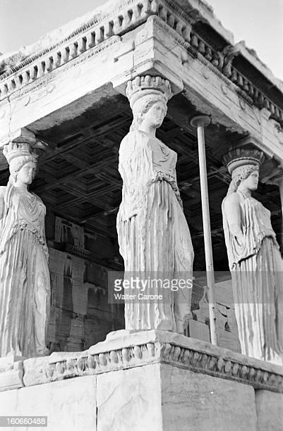 Greece 1956 Reportage sur divers sites archéologiques de Grèce à Athènes sur l'Acropole trois Caryatides statues de femme vêtues d'une longue tunique...