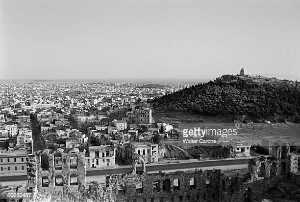 Greece 1956Reportage sur divers sites archéologiques de Grèce vue aérienne d'une ville non identifiée un acqueduc ou viaduc au premierplan...