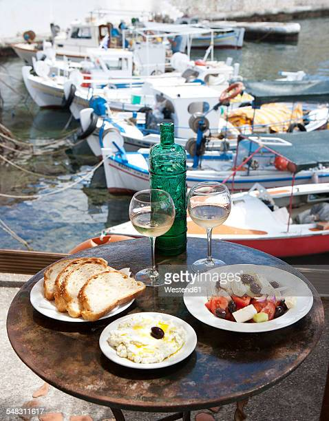 greece, agios nikolaos, traditional greek starters and wine on table - creta fotografías e imágenes de stock