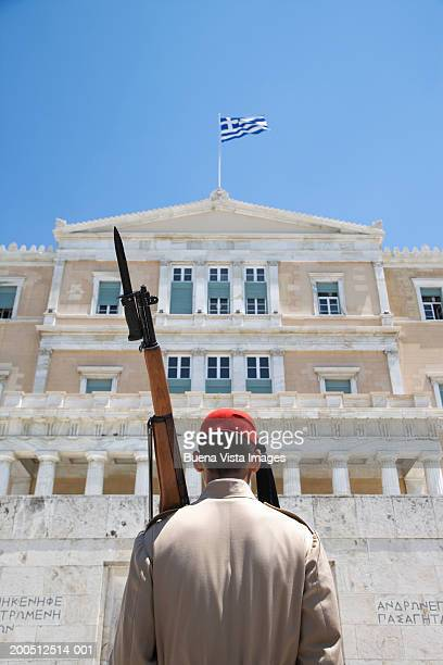 greece, athens, parliament, honor guard at tomb of unknown soldier - シンタグマ広場 ストックフォトと画像