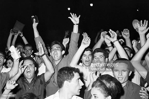 Greece Crisis 1965 17 JUIN 1965 Manifestations populaires à Athènes Plan serré sur des hommes bras en l'air