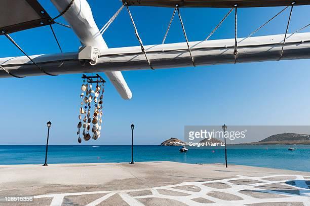 greece, cyclades islands, mykonos, kalafati beach, island viewed from the beach - ver a hora stockfoto's en -beelden