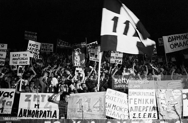 Greece Demonstrations Athènes manifestations en faveur du premier ministre Georgiou Papandréou Papandréou chassé par le roi et le respect de la...