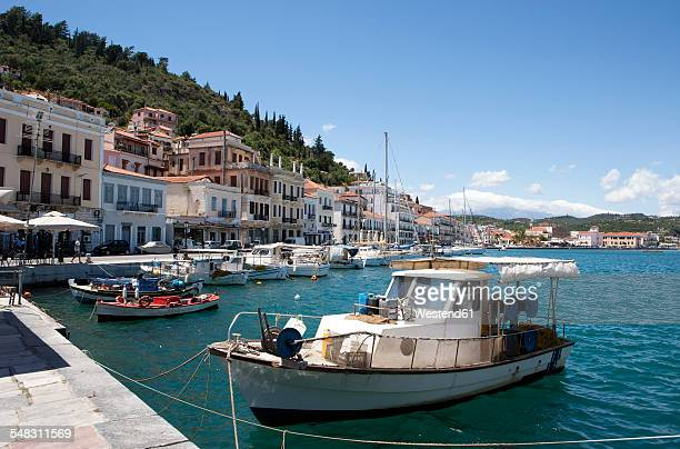 greece, gythio, fishing boats in harbor - lacônia grécia - fotografias e filmes do acervo