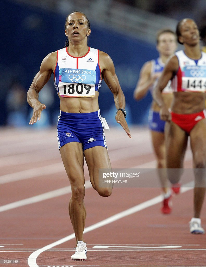 Kelly Holmes of the USA (r) wins the women's 800m semi-final race 1 ahead of Cuba's Zulia Calatayud, 21 August 2004, during the Olympic Games athletics competitions at the Olympic Stadium in Athens.
