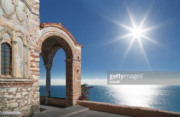 grèce. monastère orthodoxe sur la mer. - temple grec photos et images de collection