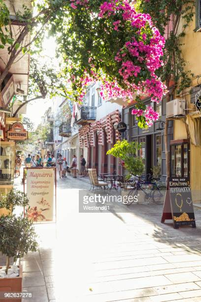 greece, peloponnese, argolis, nauplia, old town, alley and flowering bougainvillea - südeuropa stock-fotos und bilder