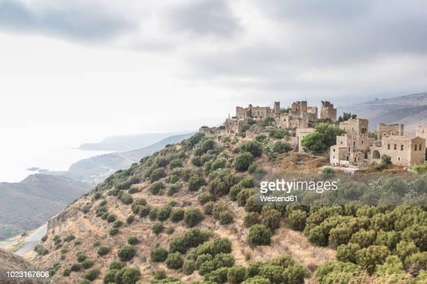 greece, peloponnese, laconia, vathia, village with typical tower houses - peninsula de grecia fotografías e imágenes de stock