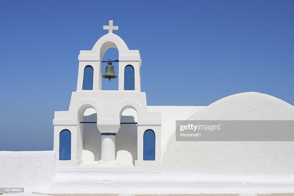 Greece, Santorini, Whitewashed traditionally Greek bell tower and cross in Oia : ストックフォト