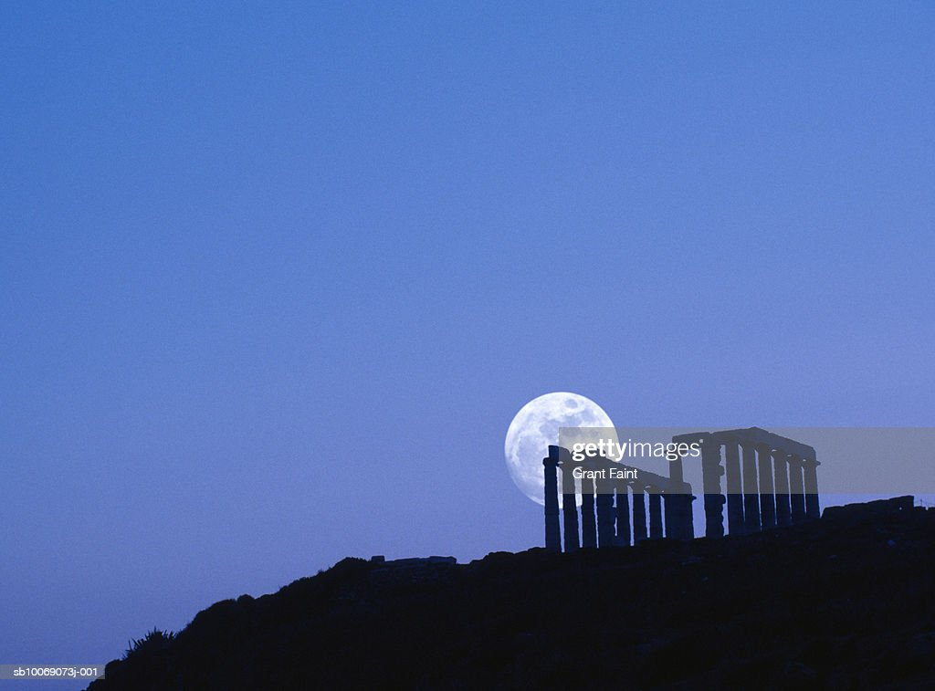 Greece, silhouette of Sounion temple with moon rise : Stockfoto
