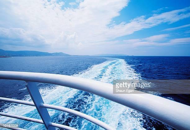 greece, the cyclades, ship's wake - heck stock-fotos und bilder