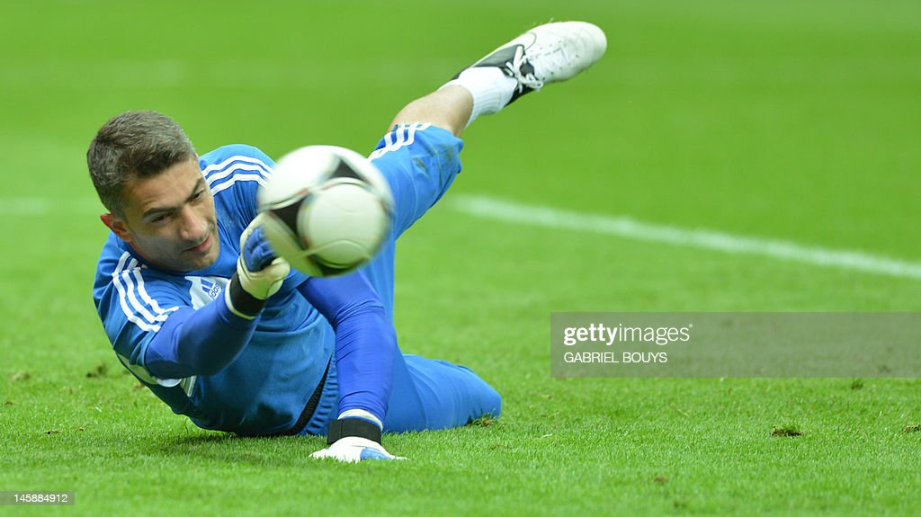 Greek goalkeeper Kostas Chalkias dives a : News Photo