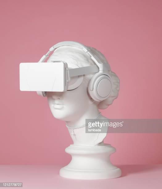 deusa grega usando fones de ouvido e fone de ouvido vr - cultura grega - fotografias e filmes do acervo