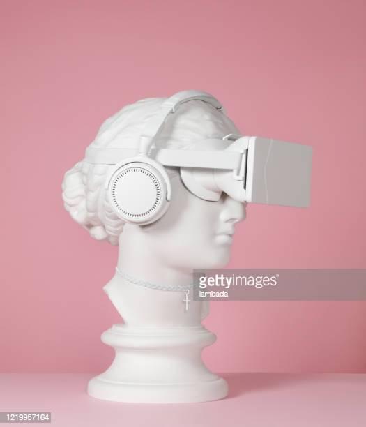 déesse grecque utilisant des écouteurs et le casque vr - réalité virtuelle photos et images de collection