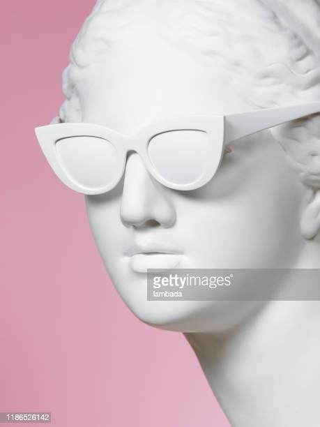 griechische göttin trägt sonnenbrille - kunst, kultur und unterhaltung stock-fotos und bilder