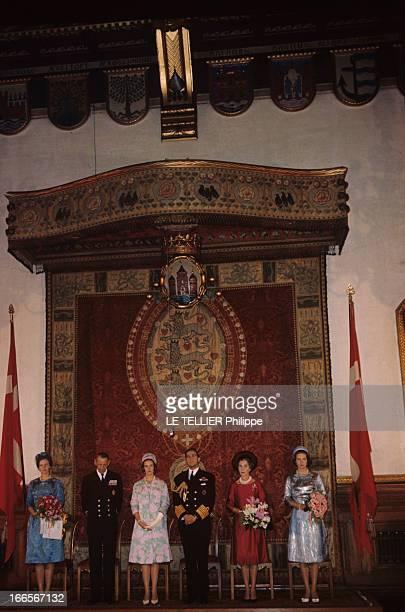King Constantine Ii In Denmark Au Danemark dans une salle de la demeure royale sous un dais posant debout encadré de leurs filles Marguerite et...