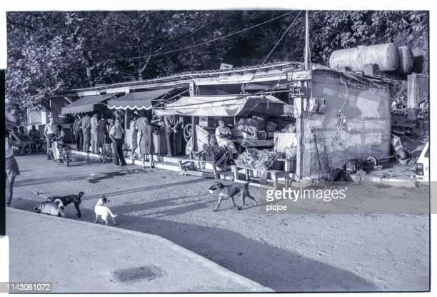 griekse markt op het eiland skiathos - 1980 1989 stockfoto's en -beelden