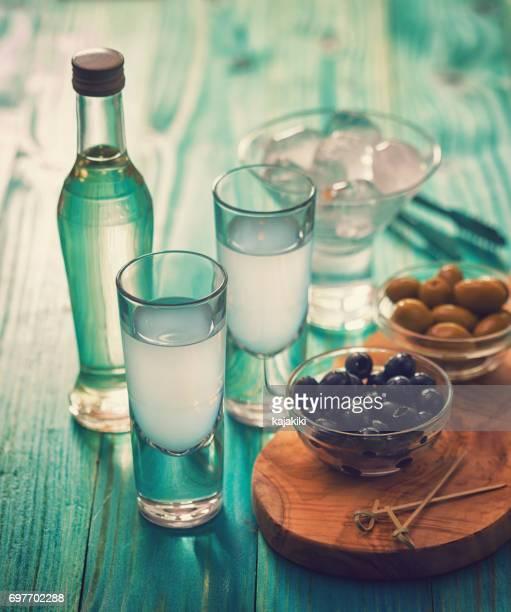 griechischen ouzo und oliven - griechenland stock-fotos und bilder