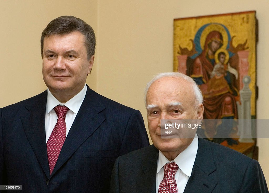 Greek President Karolos Papoulias (R) and his Ukrainian counterpart Viktor Yanukovych pose on June 6, 2010 during their meeting in Athens. Yanukovych is on two-day working visit to Greece.