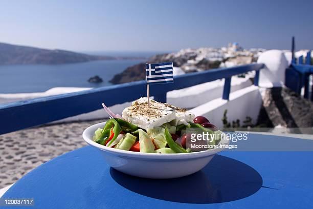 Griechischer Salat in Oia auf Santorini, Griechenland