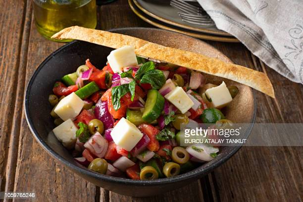 greek salad - culture méditerranéenne photos et images de collection