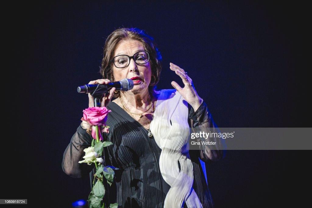 Nana Mouskouri Performs In Berlin : Photo d'actualité