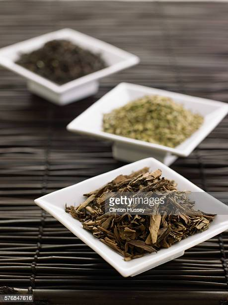 Green and black tea leaves