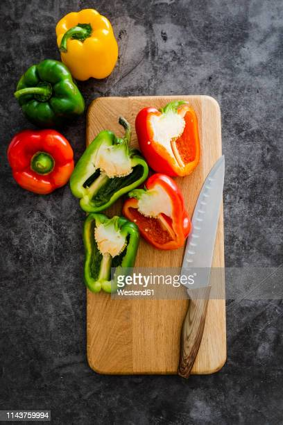 green and red bell peppers on chopping board, chopping - green bell pepper stock pictures, royalty-free photos & images