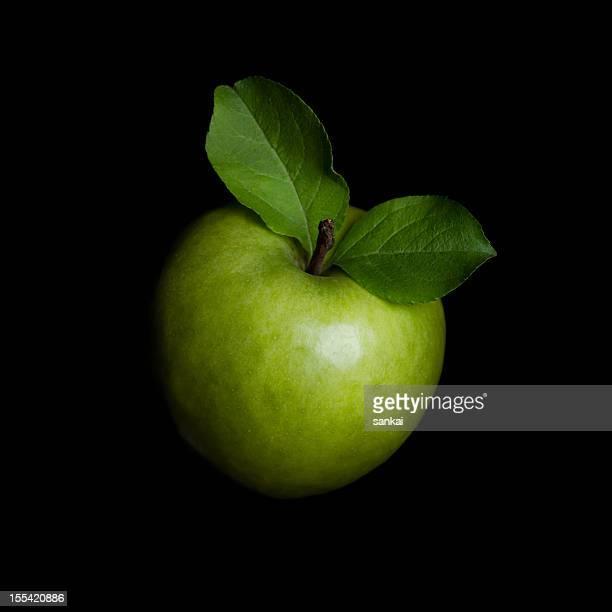 Green apple isoliert auf schwarzem Hintergrund
