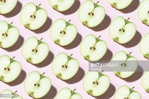 modèle vert de pomme sur le fond rose - part of a series photos et images de collection