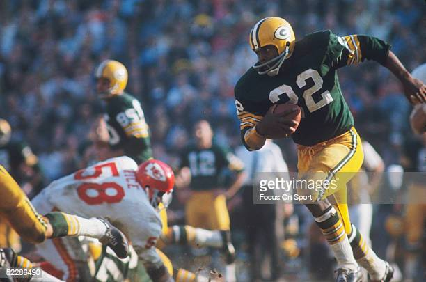 Green Bay Packers' Elijah Pitts runs with the ball against the Kansas City Chiefs' defense during Super Bowl I at Memorial Coliseum on January 15...