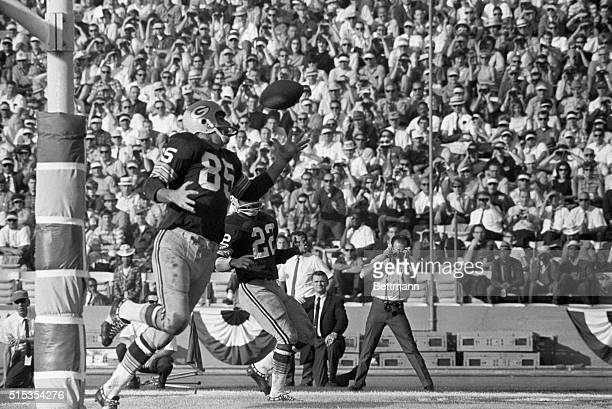 1/15/1967 Green Bay Packers Max McGee snags the star pass in the end zone to win the Super Bowl against the Kansas City Chiefs