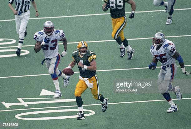 Green Bay Packers quarterback Brett Favre escapes the pressure from New England Patriots defensive end Willie McGinest during Super Bowl XXXI a 3521...