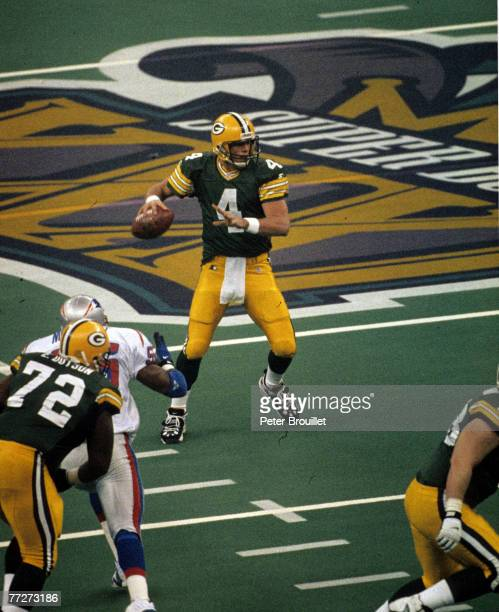 Green Bay Packers quarterback Brett Favre scans the field during Super Bowl XXXI, a 35-21 Green Bay Packers victory over the New England Patriots on...