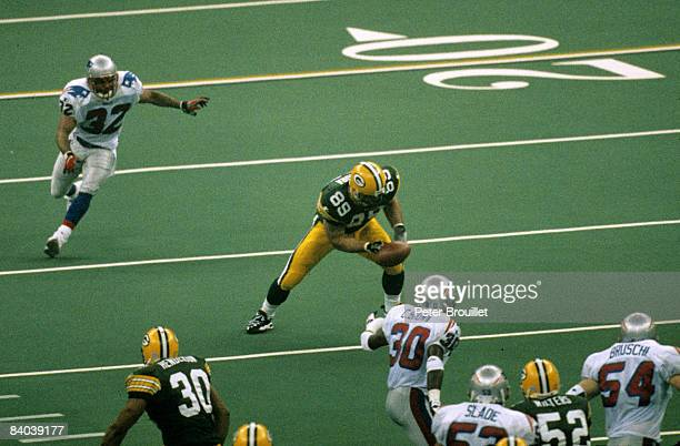 Green Bay Packers tight end Mark Chmura catches a pass during Super Bowl XXXI a 3521 Green Bay Packers victory over the New England Patriots on...