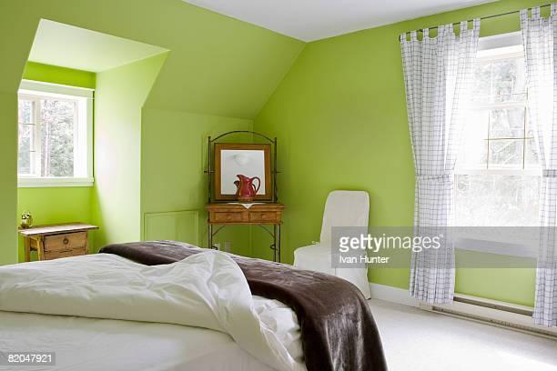 green bedroom - hunter green fotografías e imágenes de stock