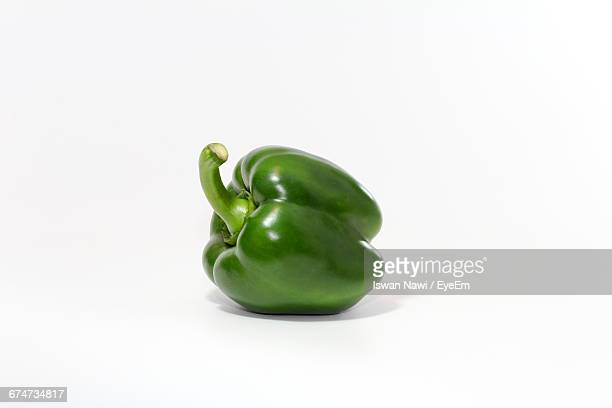 green bell pepper on white background - pimentão legume - fotografias e filmes do acervo